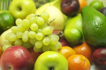 Foto de Dulces uvas y otras frutas de la pila. colección de fotos de frutas orgánicas. - Imagen libre de derechos