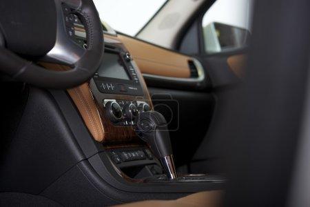 Photo pour Habitacle de la voiture moderne. design d'intérieur de voiture à boite de vitesse automatique. - image libre de droit