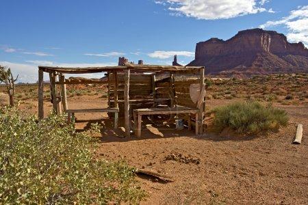 Photo pour Arizona Navajo Nation Paysage de réserve indienne avec petite cabine de vente de bijoux indiens endommagés . - image libre de droit