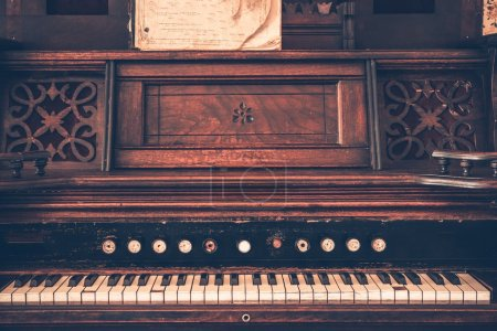 Photo pour Instrument orgue de vintage en bois foncé. orgue âgé. - image libre de droit