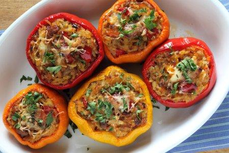 Foto de Pimentón relleno con carne, arroz y verduras. - Imagen libre de derechos