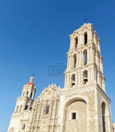 Photo pour C'est la très belle cathédrale de santiago.the la façade avant est très exubérante et baroque. Il a magnifiquement sculpté les lourdes portes en bois à l'avant. à l'intérieur de l'église a une seule nef et est principalement néoclassique avec un dôme central et véritable tran - image libre de droit
