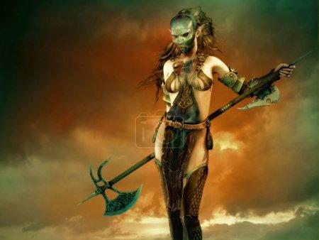 Foto de Infografía 3D de fantasía de una mujer con una máscara de hierro y un hacha de batalla larga - Imagen libre de derechos