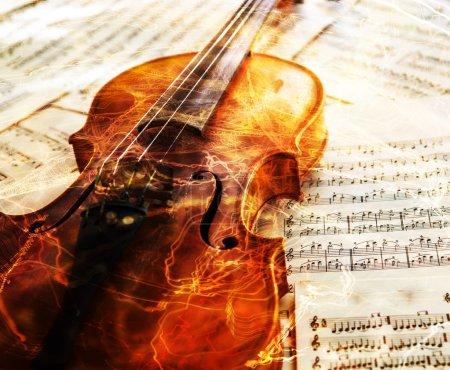 Photo pour Vieux violon couché sur la feuille de musique, concept de musique - image libre de droit