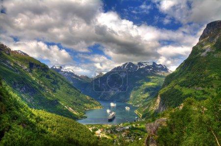 Photo pour Fin de la célèbre Geirangerfjord, Norvège avec des navires de croisière - image libre de droit