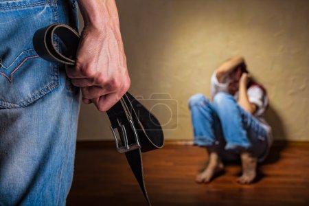 Photo pour Femme victime de violence conjugale et de mauvais traitements. querelle dans la famille - image libre de droit