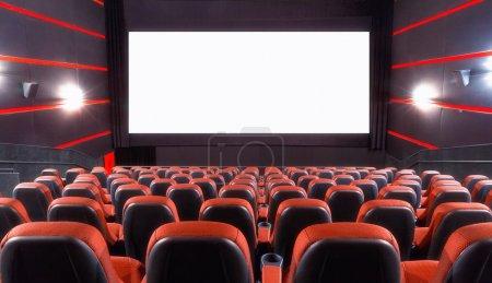 Photo pour Salle de cinéma vide avec écran et sièges - image libre de droit
