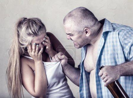 Photo pour Femme victime de violence conjugale et de mauvais traitements. Mari bat sa femme - image libre de droit