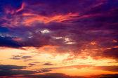 Krásný ohnivý západ slunce oranžové a fialové