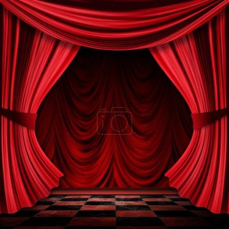 Photo pour Vue rapprochée des rideaux décoratifs vintage théâtre rouge scène . - image libre de droit