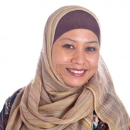 Photo pour Femme musulmane mature confiante et belle - image libre de droit