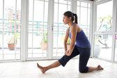Fitness žena, která dělá její ochromit úsek