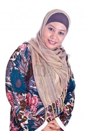 Photo pour Belle femme musulmane malaise mature heureuse en écharpe - image libre de droit
