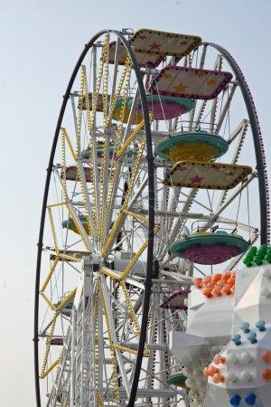 Photo pour Grande roue avec paniers et chariots dans un parc d'attractions - image libre de droit