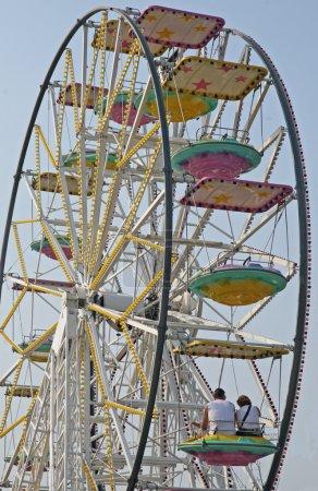 Photo pour Couple de sur la grande roue à un parc d'attractions - image libre de droit