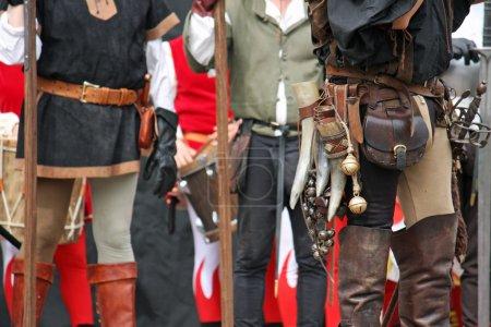 Photo pour Pantalon en cuir avec accessoires médiévaux pendant le spectacle médiéval - image libre de droit