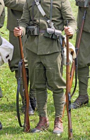 Photo pour Gallio, Asiago, Vicence, Italie. 7 juillet 2013, Représentation historique bataille avec les soldats de la Première Guerre mondiale, soldats au repos entre les mains de fusils anciens - image libre de droit