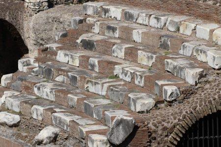 los pasos del Coliseo donde antiguos romanos estaban presentes en la Fig.