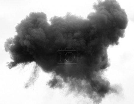 Photo pour Nuage dense gris et noir avec une épaisse couverture de fumée haute dans le ciel blanc - image libre de droit