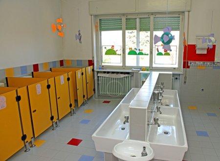 Photo pour Petits éviers pour le nettoyage des nourrissons dans une pépinière - image libre de droit