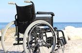 Černá vozík na skále u moře