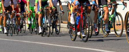 Photo pour Jambes musclées des cyclistes qui roulent pendant la course - image libre de droit