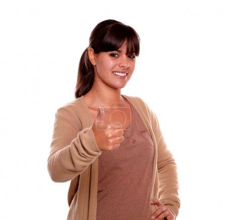 Photo pour Portrait d'une charmante jeune femme aux franges faisant ok signe sur fond blanc - image libre de droit