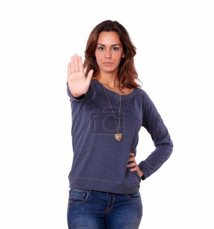 Photo pour Portrait d'une jeune femme hispanique gestuelle stop sign sur fond blanc - image libre de droit
