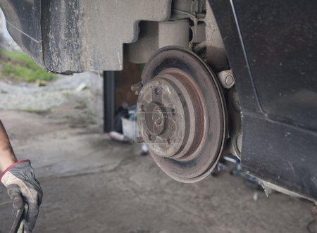 Photo pour Image du disque de frein sur une voiture - image libre de droit