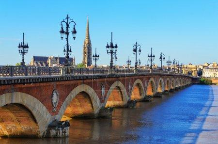 Photo pour Pont de la rivière Bordeaux avec st cathédrale michel - image libre de droit