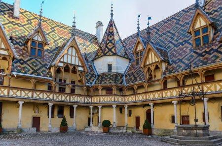 Photo pour Beaune bourgogne ville Hotel Dieu toits colorés, France - image libre de droit