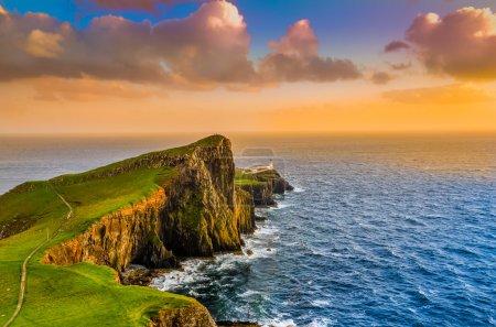 Photo pour Oceano colorido Costa pôr do sol no neist point lighthouse, Escócia, Reino Unido - image libre de droit
