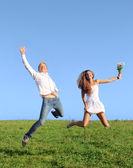 Mladý pár, skákání na poli