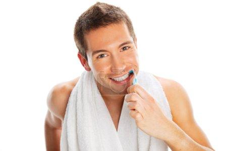 Photo pour Homme brossant les dents isolé sur blanc - image libre de droit