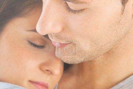 Photo pour Romantique jeune couple embrassant - image libre de droit