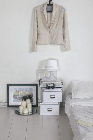 Foto de Sala blanca con decoración moderna. - Imagen libre de derechos