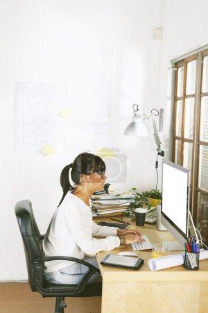 Photo pour Belle femme d'affaires tapant sur ordinateur . - image libre de droit