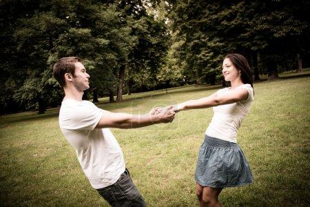Photo pour Jeune couple heureux, profiter de la vie ensemble - mode de vie des jeunes en plein air - image libre de droit