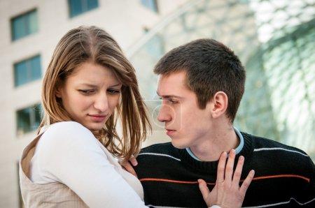 Photo pour Image style de vie de jeune femme refusant l'homme à l'extérieur sur la rue, des problèmes de relation - image libre de droit