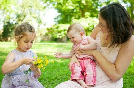 Photo pour Mère avec enfants heureux moment en plein air dans la nature - image libre de droit