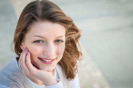 Photo pour Portrait de jeune femme souriante - fond gris - image libre de droit