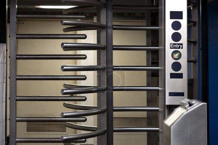 Photo pour Entrée avec porte tournante à la station de métro à new york - image libre de droit