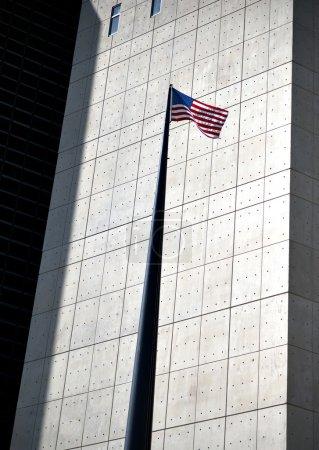 Photo pour Faible angle de vue du drapeau américain à l'extérieur de l'Organisation des Nations Unies à new york - image libre de droit