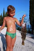 Foto di piccolo ragazzo pesca