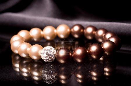 Foto de Pearl bracelet over black velvet - Imagen libre de derechos