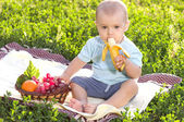 Krásný malý chlapeček jí banán
