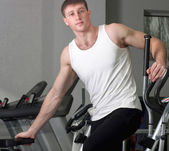 Svalnatý sportovní muž v tělocvičně