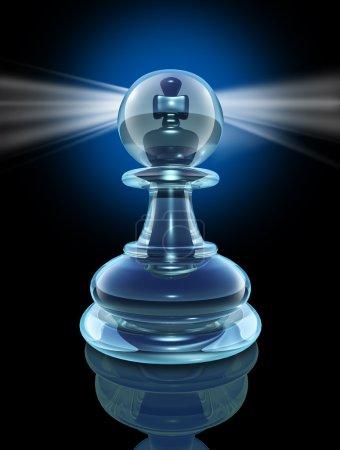 Photo pour Potentiel intérieur et la puissance dans un délai à la transformer en un grand leader, en regardant à l'intérieur comme un pion de jeu d'échecs de verre transparent avec un roi morceau caché au cœur d'une lumière éclatante sur fond noir. - image libre de droit