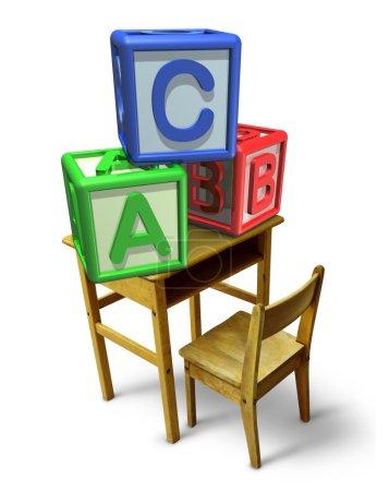 Photo pour Enseignement primaire et apprentissage de la petite enfance avec un bureau d'école et des blocs de lettres de base avec un b et c représentant la formation en garde d'enfants des compétences en lecture et en écriture . - image libre de droit
