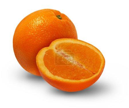 Photo pour Fruits orange avec une coupe transversale de la nourriture délicieuse d'agrume juteuse comme un symbole de manger sain sur fond blanc. - image libre de droit